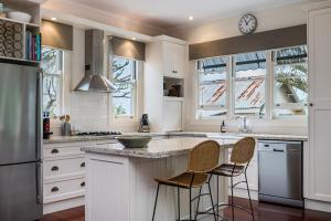 A kitchen or kitchenette at Caledonia House