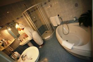 A bathroom at Hôtel Riquet Resort & Spa