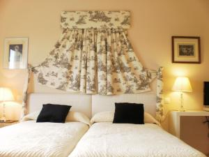 A bed or beds in a room at Hotel Santa Coloma del Camino