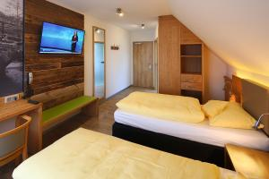 A bed or beds in a room at Landgasthof Kaiser