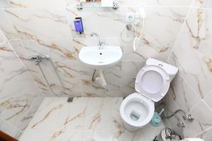 A bathroom at Yeni Hotel
