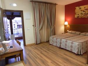 Кровать или кровати в номере Hotel Milagros Rio Riaza