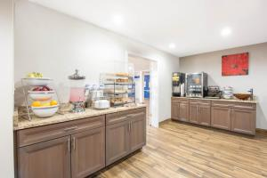 A restaurant or other place to eat at Microtel Inn & Suites by Wyndham Springfield