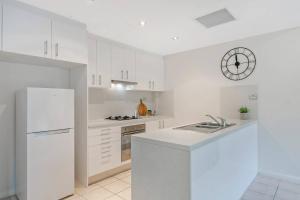 A kitchen or kitchenette at North Sydney AREA 2BED APT Killara Station