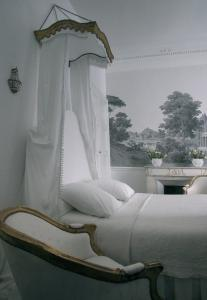 A bed or beds in a room at L'Hôtel Particulier