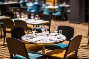 Un restaurante o sitio para comer en Mercure Edinburgh City - Princes Street Hotel