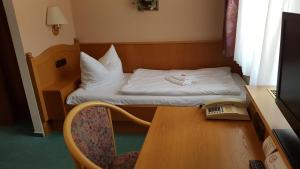 A bed or beds in a room at Hotel Sachsenhof