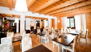 Reštaurácia alebo iné gastronomické zariadenie v ubytovaní Penzion Sileo