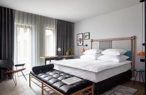 Een bed of bedden in een kamer bij PURO Kraków Kazimierz