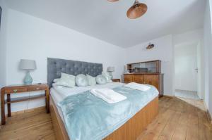 سرير أو أسرّة في غرفة في Apartamenty Mieszczańskie u Gołębiewskich
