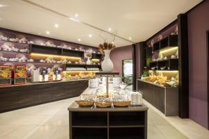 Ein Restaurant oder anderes Speiselokal in der Unterkunft Centro Hotel Ayun