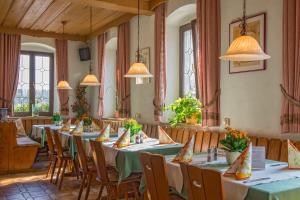 Ein Restaurant oder anderes Speiselokal in der Unterkunft Hotel zur Linde