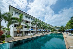 The swimming pool at or close to Bay Beach Resort