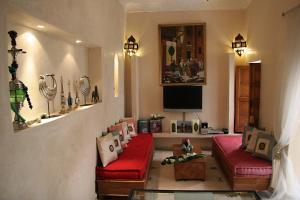 A seating area at Riad Couleurs du Sud