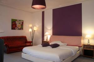 A bed or beds in a room at Domaine du Châtelard