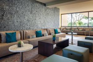 A seating area at Marriott Hilton Head Resort & Spa