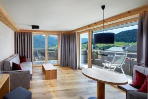 Een balkon of terras bij Hotel Tirol Fiss