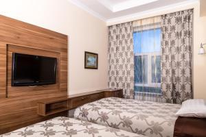 Телевизор и/или развлекательный центр в Гранд отель Евразия