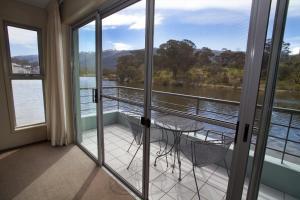 A balcony or terrace at Novotel Lake Crackenback Resort