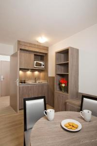 Кухня или мини-кухня в Séjours & Affaires Reims Clairmarais