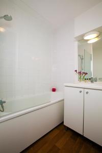 Ванная комната в Séjours & Affaires Reims Clairmarais