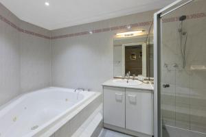 A bathroom at Best Western Adelaide Granada Motor Inn