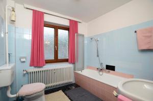 Et badeværelse på Ferienwohnung Nussbaumer