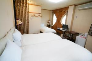 A bed or beds in a room at Hakuba Märchen House
