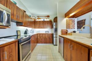 A kitchen or kitchenette at Kanaloa at Kona by Castle Resorts & Hotels