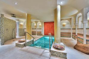 Der Swimmingpool an oder in der Nähe von Hotel La Casa