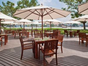 A restaurant or other place to eat at Ibis Bangkok Riverside