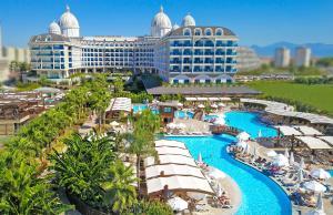 Вид на бассейн в Adalya Elite Lara Hotel или окрестностях