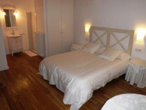 A bed or beds in a room at El Castell de la Pobla de Lillet (Adults Only)