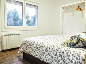 A bed or beds in a room at Apartamento Cruceiro 1º