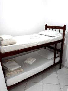 A bunk bed or bunk beds in a room at Apartamento espaçoso localizado no Centro de Angra dos Reis