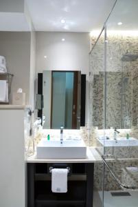 Ein Badezimmer in der Unterkunft The Radh Hotel