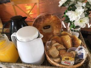 Opciones de desayuno para los huéspedes de Suites del Bosque