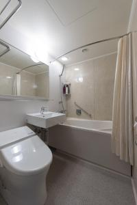 A bathroom at JR Kyushu Hotel Nagasaki