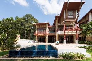 The swimming pool at or close to Amatapura Beachfront Villa 15