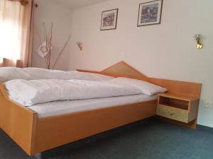 Ein Bett oder Betten in einem Zimmer der Unterkunft Hotel Restaurant Edelweiss