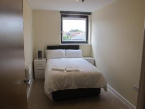 A bed or beds in a room at Stunning 2 bed apartment in the heart of the town