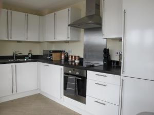 A kitchen or kitchenette at Stunning 2 bed apartment in the heart of the town