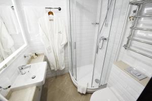 A bathroom at Premier Hotel Rus