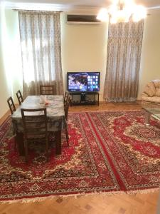 Uma TV ou centro de entretenimento em Baku City Center