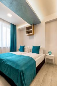 Un pat sau paturi într-o cameră la Mava Apartamente
