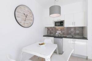 Een keuken of kitchenette bij Apartamentos Celeste