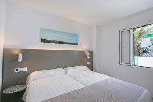 Een bed of bedden in een kamer bij Apartamentos Celeste