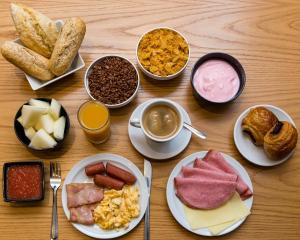 Breakfast options available to guests at Hostal Abadia Madrid