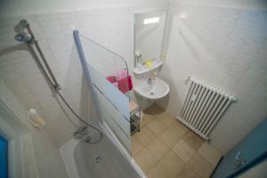 Salle de bains dans l'établissement Hôtel de La Poste