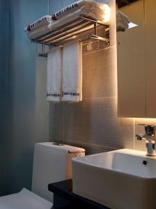 A bathroom at Kentao Vintage Culutre Exquisite Guesthouse